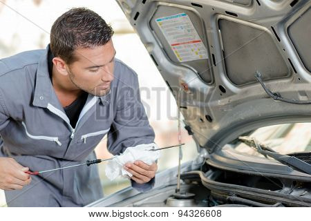Checking engine's oil level