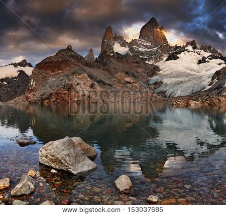 Laguna de Los Tres and mount Fitz Roy at sunrise, Patagonia, Argentina