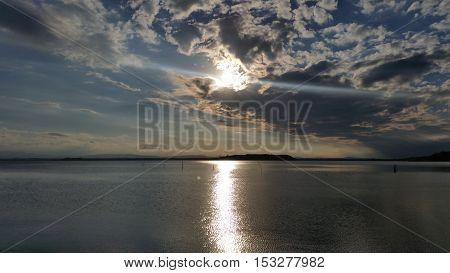 Vista del lago Trasimeno nel tardo pomeriggio autunnale di una sera di ottobre
