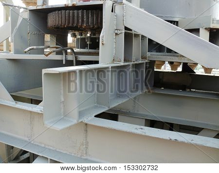 the mechanism of metal structures on the roof.