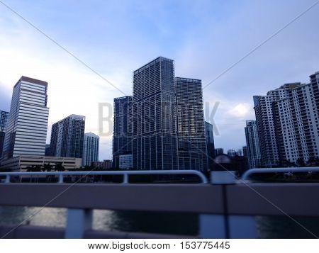 Observando la increíble arquitectura de Miami florida