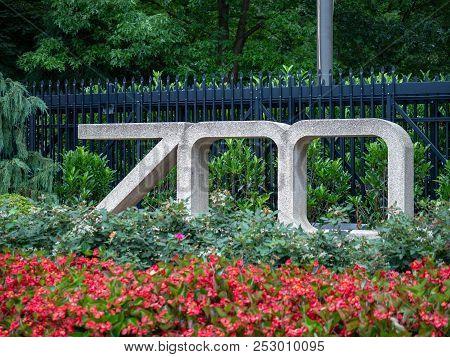 Washington, Dc July 5, 2018: Entrance Zoo Sign At The Smithsonian National Zoo