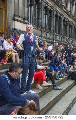 Edinburgh, Scotland  - August 7: Street Performer Spikey Will Among The Crowd At The Edinburgh Fring