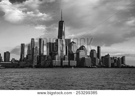 New York City Manhattan Downtown Skyline In Black And White