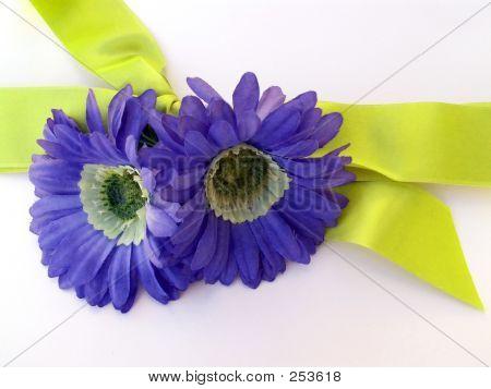 Presente com flores azuis e fita