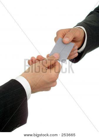 Empresário oferecendo seu cartão de visita