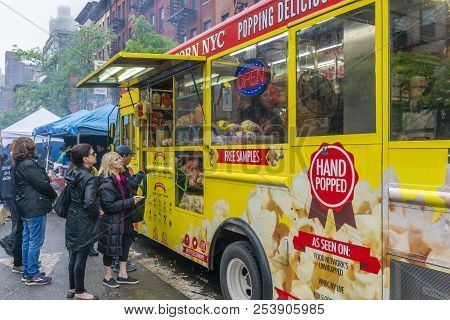 New York, Usa - May 20, 2018: People Lining Up To Buy Popcorn From A Food Truck In New York City