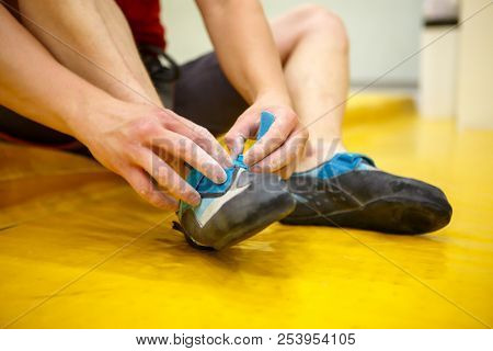 Photo of spors guy wearing athletic shoes in gym
