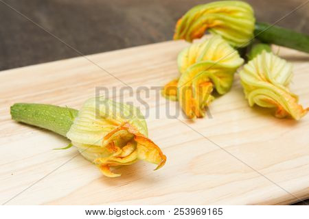 Edible Courgette Flowers Raw The Preparation Of Edible Courgette Flowers Raw