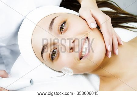 Facial Skin Electrotherapy Using The Apparatus. Darsonvalization Of The Face In Cosmetology.