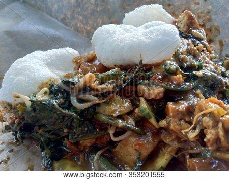 Rujak Uleg, Traditional East Javanese Food, (indonesian Food, Asia) With Kerupuk. Indonesian Salad W