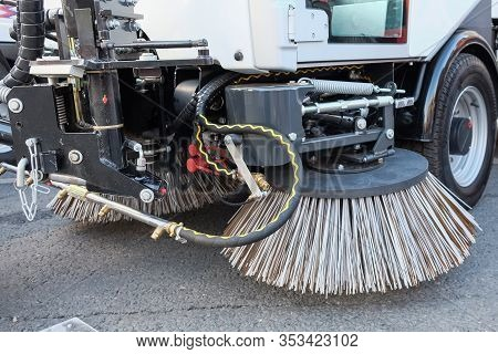Sweeping Equipment For Routine Year-round Municipal Street And Highway Sweeping.big Round Brushes Of