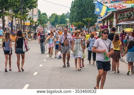 Anapa, Russia - July 26, 2017: Anapa Streets Are Busy With Tourists At Summer. People Walk In Center