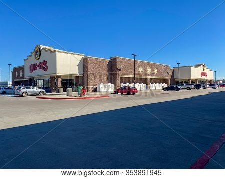 Houston, Tx/usa-2/25/20:  The Exterior Of A Buc Ees Gas Station, Fast Food Restaurant, And Convenien