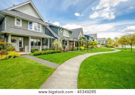 Um bairro perfeito. Casas no subúrbio, na primavera, na América do Norte