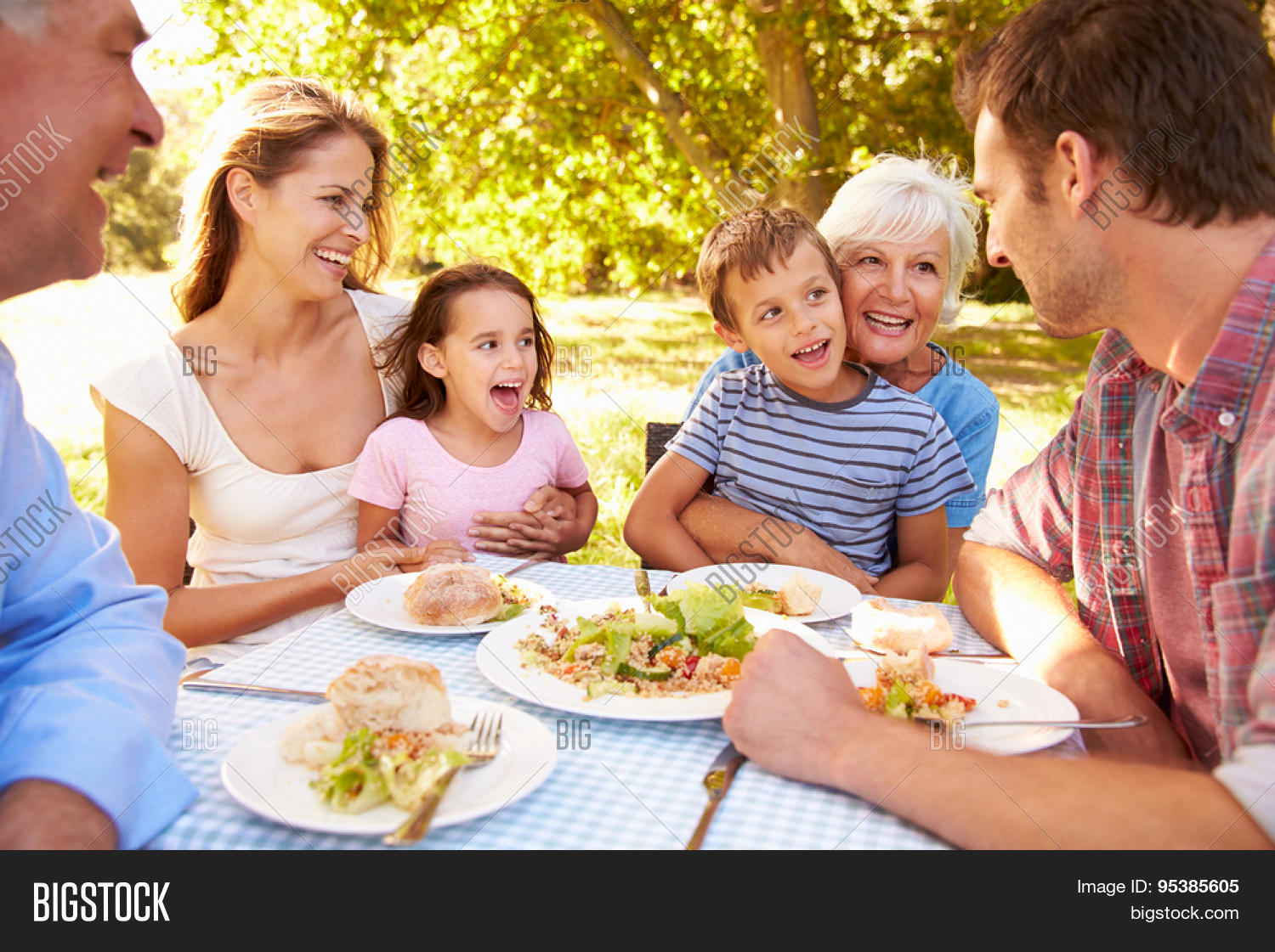 eating together Benefits of eating together posted on january 12th, 2015 by chips restaurants when was the last time you and your family sat down and dined together.