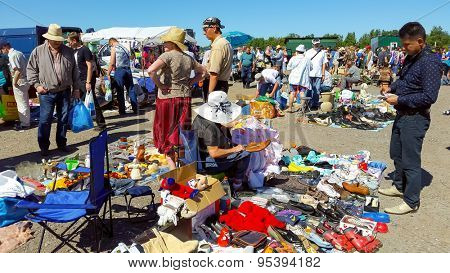 MOSCOW - JULY 04: People buy and sell used items at a flea market