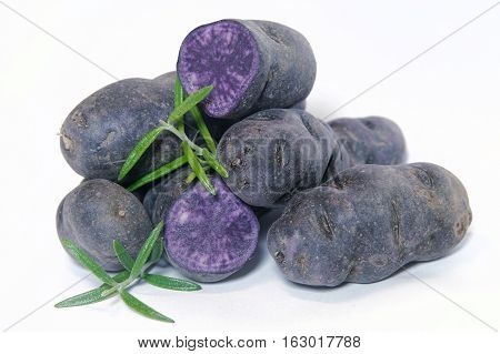 Potatoes of the Vitelotte variety on a table