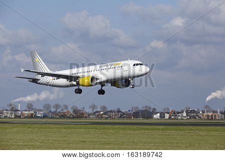 Amsterdam Airport Schiphol - Vueling Airbus A320 Lands