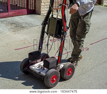 The GPR is a noninvasive method used in geophysics. It is based on the analysis of electromagnetic waves transmitted into the ground reflections. It is also used for the detection of underground pipes in the city streets before starting excavations.
