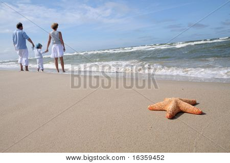 Familia feliz en la playa
