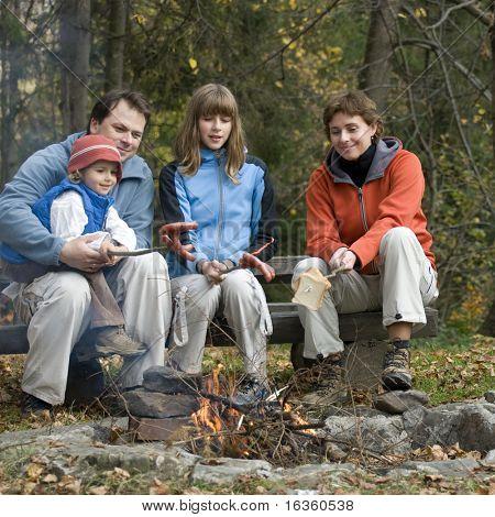 Familia feliz junto a la fogata