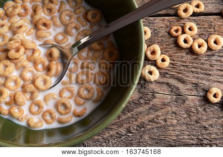 A top view image of a bowl of cereal.