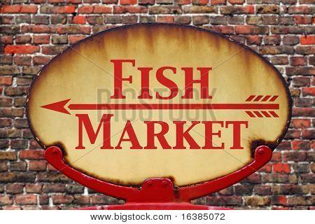 Eine rostige alte retro Pfeilzeichen mit dem Text Fischmarkt