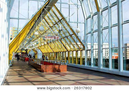 blau gelbes Korridor Himmel Windows und Menschen zu Fuß