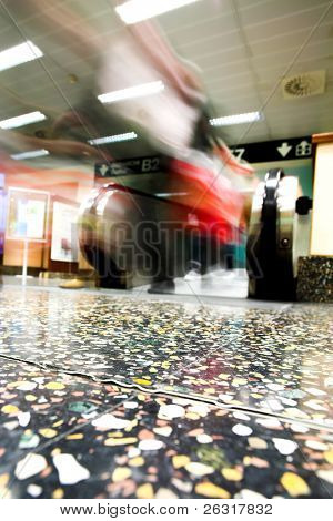 bewegliche Rolltreppe in der Büro-Halle