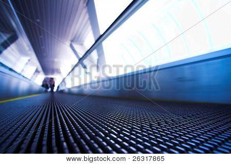 Verschieben von Rolltreppe in modernen Bürozentrum