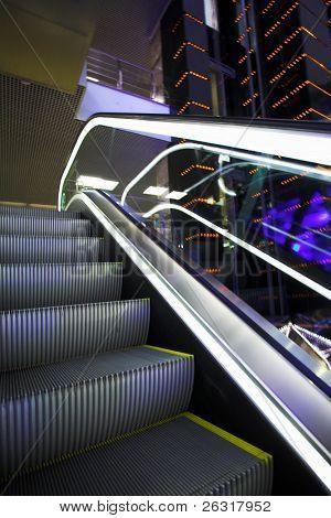 Verschieben der Rolltreppe in modernen Bürozentrum