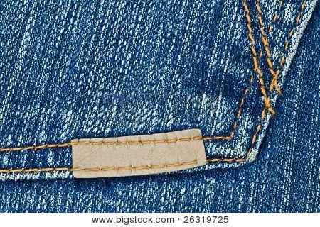 Etiqueta de cuero pequeña en el bolsillo de blue jeans