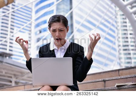 Business Concepts. Businessmen Are Stressed In The City. Business People Are Headache And Uneasy.