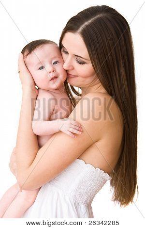 Jonge moeder met haar schattige babymeisje geïsoleerd op witte achtergrond