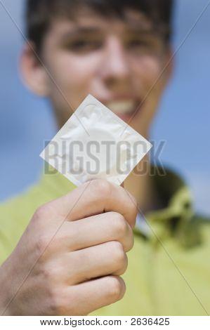 Teen mit Kondom