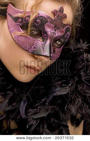 Портрет таинственной белокурые женщины носить фиолетовый стильный карнавал маски и черные перья, роль пла