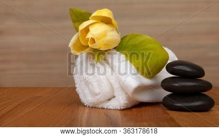 Roll Of White Towels On Table, Yellow Flower -  With Copy Space. Spa Background Stock Photo - Baners