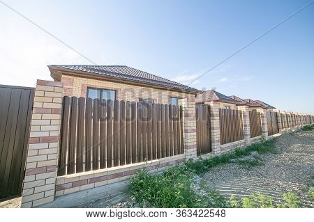 Brick New House In One Floor.fence