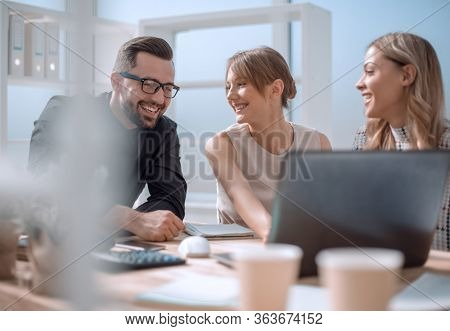 close up.successful business team discussing new ideas