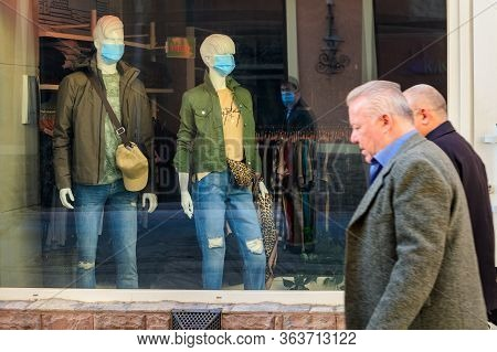 Uzhgorod, Ukraine - April 8, 2020: Male And Female Mannequins In Protective Masks Stand In The Windo