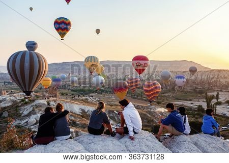 Moment Of Balloons Landing Wıth People