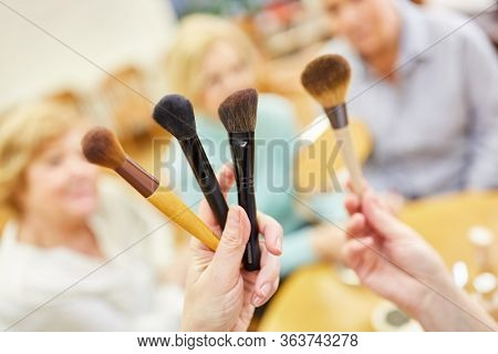 Make-up artist shows make-up brushes for age-appropriate make-up in the senior make-up course