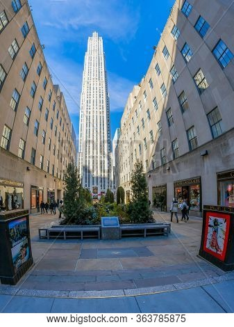 New York, Usa - March 7, 2020: Large Angle View Of The Channel Gardens And Buildings From Rockefelle