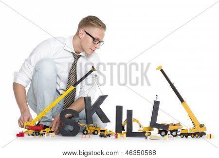 Construcción de concepto de habilidades: empresario enfocado la habilidad de la palabra junto con mach de construcción del edificio