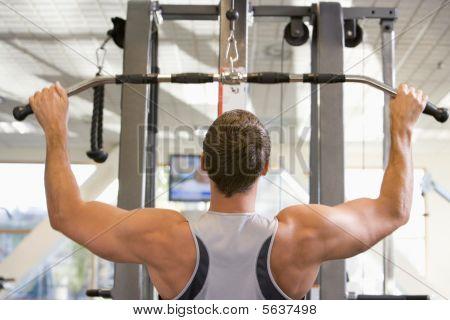 Hombre peso entrenamiento en el gimnasio