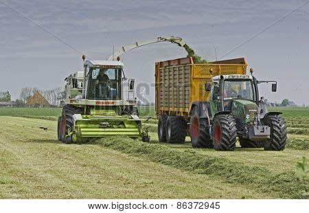 Claas chopper filling Veenhuis silage wagon
