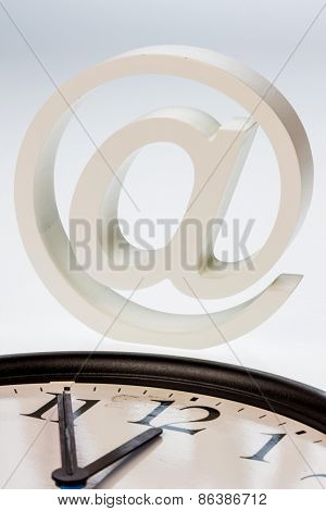 a clock the 5 minuten vor 12 displays and an e-mail logo: symbolic photo for reform of data protection