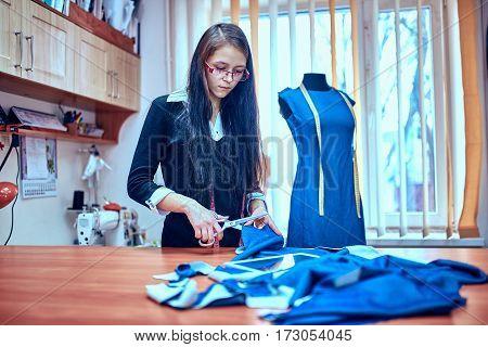 Tailor.Hands notch tailor tailor's scissors cloth .