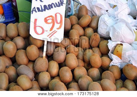 Kiwi fruit on sale, tag, green kiwi, natural kiwi